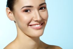 Muchacha adolescente alegre hermosa, hembra sonriente de la belleza sobre azul Fotografía de archivo libre de regalías