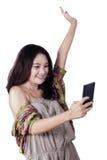 Muchacha adolescente alegre que lee un mensaje Fotos de archivo libres de regalías