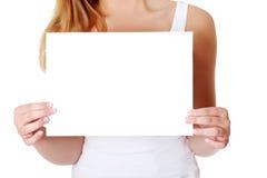 Muchacha adolescente alegre que sostiene el Libro Blanco en blanco Fotos de archivo libres de regalías