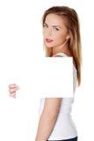 Muchacha adolescente alegre que sostiene el Libro Blanco en blanco Imagen de archivo