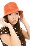 Muchacha adolescente americana asiática bochornosa que lleva el sombrero anaranjado Fotos de archivo