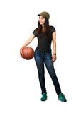 Muchacha adolescente asiática que se coloca con baloncesto Fotos de archivo