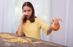 Muchacha adolescente asqueada que no puede comer Fotos de archivo