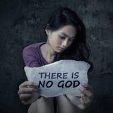 Muchacha adolescente atea que sostiene un papel Fotografía de archivo libre de regalías