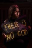 Muchacha adolescente atea sucia que sostiene una bandera con la inscripción Imagen de archivo