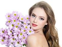 Muchacha adolescente atractiva con las flores Imágenes de archivo libres de regalías