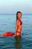 Muchacha adolescente atractiva en el mar Fotografía de archivo