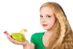 Muchacha adolescente atractiva en una camiseta verde que celebra la talla del ap verde Imagen de archivo libre de regalías