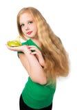 Muchacha adolescente atractiva en una camiseta verde que celebra la talla del ap verde Foto de archivo