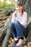 Muchacha adolescente bajo el árbol Foto de archivo