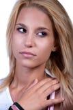 Muchacha adolescente bastante rubia con el anillo del ruido Fotografía de archivo