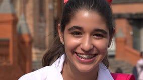 Muchacha adolescente bastante sonriente con los apoyos Fotografía de archivo libre de regalías