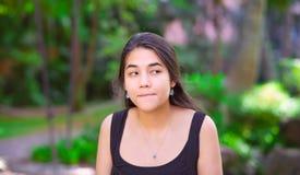 Muchacha adolescente Biracial al aire libre que hace la expresión sorprendida apagado a Fotografía de archivo