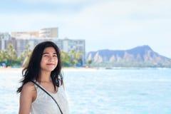 Muchacha adolescente Biracial en Hawaii, Diamond Head en fondo Fotografía de archivo libre de regalías