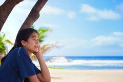 Muchacha adolescente Biracial en Hawaii que mira hacia fuera sobre el océano Imágenes de archivo libres de regalías