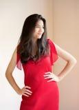 Muchacha adolescente biracial hermosa en vestido rojo elegante Foto de archivo