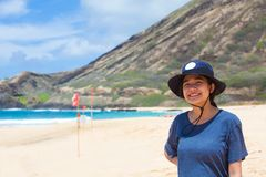 Muchacha adolescente Biracial que se coloca en la playa en Hawaii, sonriendo Foto de archivo libre de regalías