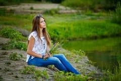 Muchacha adolescente Boho descalzo en riverbank Imágenes de archivo libres de regalías