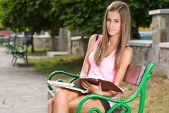 Muchacha adolescente cómoda hermosa del estudiante. Fotos de archivo libres de regalías