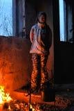 Muchacha adolescente calentada por el fuego en una casa abandonada Fotos de archivo libres de regalías