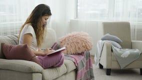 Muchacha adolescente casual del ocio casero cómodo que se relaja metrajes