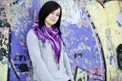 Muchacha adolescente cerca de la pared de la pintada Foto de archivo