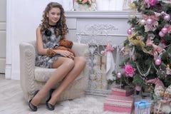 Muchacha adolescente cerca del árbol de navidad Imagen de archivo