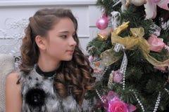 Muchacha adolescente cerca del árbol de navidad Imagen de archivo libre de regalías