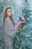 Muchacha adolescente cerca del árbol de navidad Foto de archivo libre de regalías