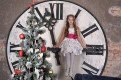 Muchacha adolescente cerca del árbol de navidad Fotos de archivo libres de regalías