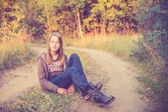 Muchacha adolescente cerca del camino Fotografía de archivo