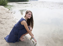 Muchacha adolescente cerca del río Imágenes de archivo libres de regalías