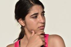 Muchacha adolescente colombiana joven que toma una decisión Imagen de archivo libre de regalías