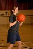 Muchacha adolescente con baloncesto Imagenes de archivo