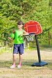 Muchacha adolescente con baloncesto Fotos de archivo