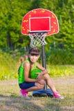 Muchacha adolescente con baloncesto Fotografía de archivo