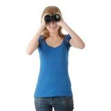 Muchacha adolescente con binocular Fotografía de archivo libre de regalías