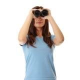 Muchacha adolescente con binocular Imagenes de archivo