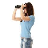 Muchacha adolescente con binocular Fotografía de archivo