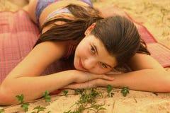 Muchacha adolescente con cierre marrón largo del pelo encima de la foto Imagenes de archivo