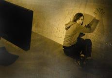 Muchacha adolescente con cyberbullying sufridor abusado cibernético de Internet del ordenador desesperado en miedo Foto de archivo libre de regalías