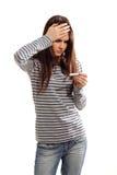 Muchacha adolescente con dolor de cabeza enfermo y temperatura alta Imagen de archivo libre de regalías