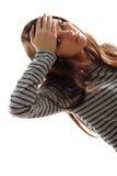 Muchacha adolescente con dolor de cabeza y temperatura alta Fotografía de archivo