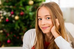Muchacha adolescente con el árbol de navidad Fotografía de archivo