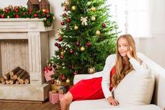 Muchacha adolescente con el árbol de navidad Fotos de archivo