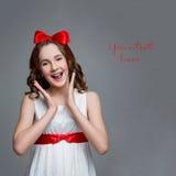 Muchacha adolescente con el arco rojo en la cabeza Imagenes de archivo