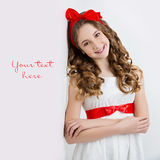 Muchacha adolescente con el arco rojo en la cabeza Foto de archivo libre de regalías