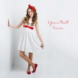 Muchacha adolescente con el arco rojo en la cabeza Fotos de archivo libres de regalías