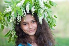 Muchacha adolescente con el awreath de flores de cerezo en su cabeza Imagen de archivo libre de regalías