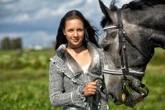 Muchacha adolescente con el caballo Imagen de archivo